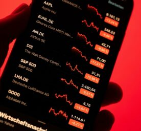 Stock prices with strong price losses on a smartphone.
