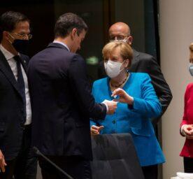 German Chancellor Angela Merkel hands a paper to Spain's PM Pedro Sanchez during the EU summit in Brussels (July 2020). Close to them, Dutch PM Mark Rutte, European Council President Charles Michel and EC President Ursula von der Leyen.