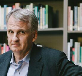 Portrait of Timothy Snyder in a library