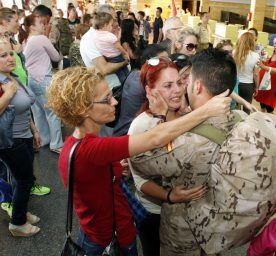 Spanish military personnel bid farewell to their families before departing to Afganisthan in 2013